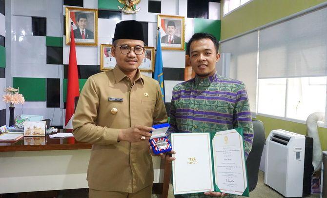 MEMBANGGAKAN: Wildan bersama Bupati Bangkalan R. Abdul Latif Amin Imron.