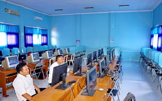 SIAP DIPAKAI: Petugas berada di Laboratorium Komputer SMPN 2 Bangkalan kemarin.