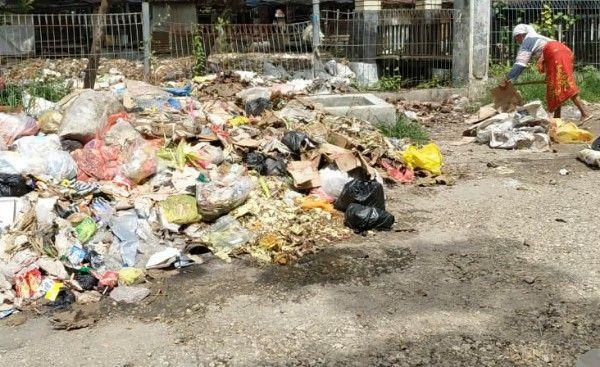 Kalah Gesit: Pemulung mengais sampah di Pasar 17 Agustus