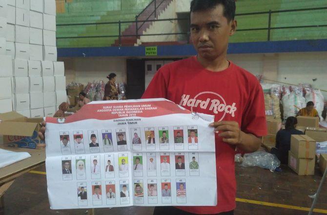 SOBEK: Seorang laki-laki menunjukkan surat suara yang rusak di GOR Saka di Jalan Halim Perdanakusuma kemarin.