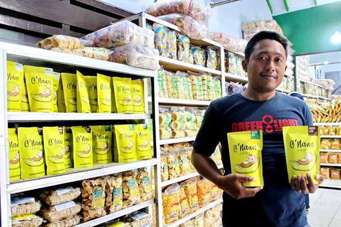 PRODUK UNGGUL: Junaidi menunjukkan produk O'Nana Chips yang dijual di toko camilan UD Sumber Mutiara, Jalan Mutiara, Kelurahan Banyuanyar, Kecamatan Sampang, kemarin.