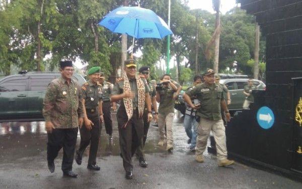 BRAWIJAYA SATU: Pangdam disambut Wabup Bangkalan Moh Mohni dan Letkol (Arm) Dodot Sugeng Hariadi.
