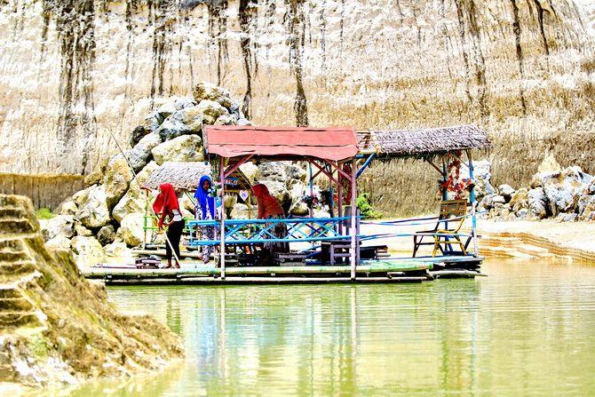 POTENSIAL: Wisatawan berkunjung ke Bukit Kapur Jaddih, Kecamatan Socah, Bangkalan, kemarin.