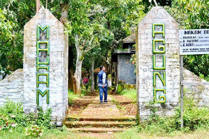 PERLU DIRAWAT: Warga berada di Makam Agung, Kecamatan Arosbaya, Bangkalan, kemarin.