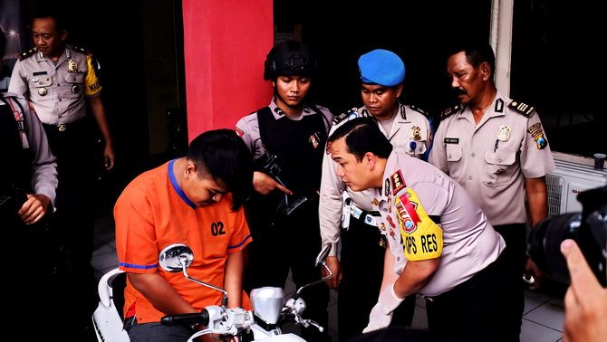 KEOK: Pelaku merunduk saat diinterogasi Kapolres Bangkalan AKBP Boby Palu'din Tambunan kemarin.