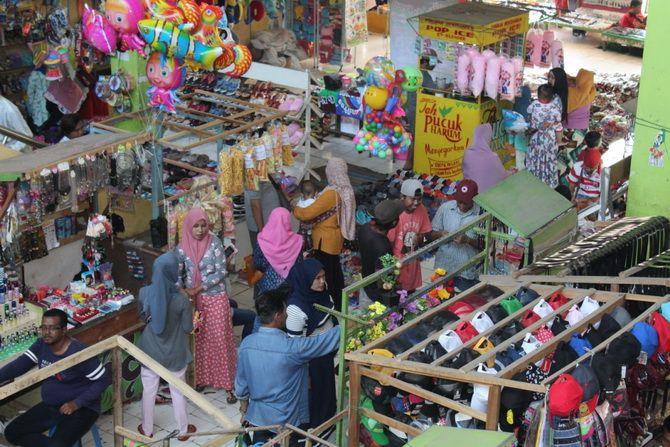 SEMRAWUT: Pedagang berjualan di Pasar Srimangunan, Sampang, kemarin.