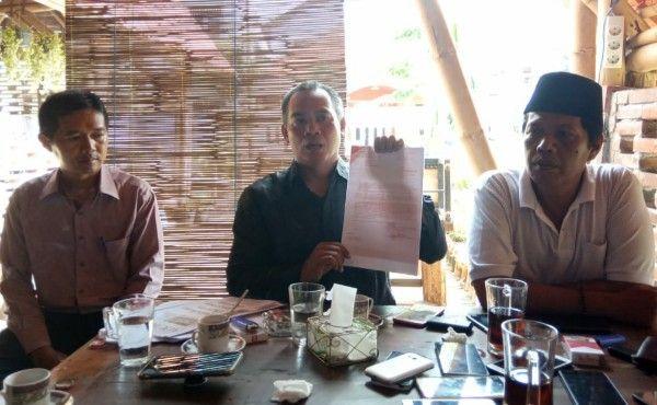 INI LHO: Fathul Arif, kuasa hukum Abdurrahman menunjukkan laporan pemberitahuan yang ditujukan ke ketua DPRD Bangkalan.