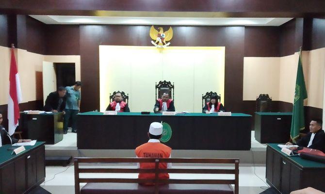 SEUMUR HIDUP: Terdakwa Idris duduk menghadap majelis hakim PN Sampang mendengarkan tuntutan yang dibacakan jaksa dalam sidang kemarin.