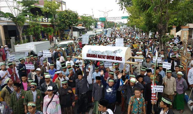 SOLID: Massa Ikaba dari empat kabupaten di Madura turut mengawal jalannya sidang terdakwa Idris di PN Sampang kemarin.