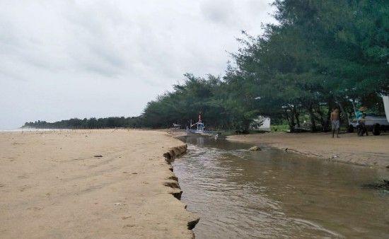 TAK TERSENTUH: Pantai Badur yang terletak di Desa Badur, Kecamatan Batu putih belum dibantu pemerintah.