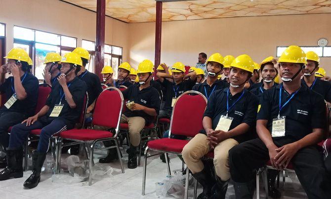 SIAP KEMBALI KE MASYARAKAT: Puluhan napi mengikuti pelatihan konstruksi bangunan di Lapas Kelas II-A Pamekasan, Senin (11/3).