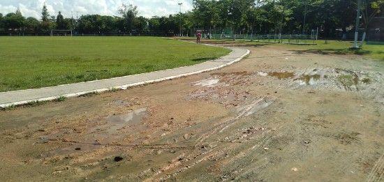 LENGANG: Warga sedang berada di lapangan Wijaya Kusuma Sampang.