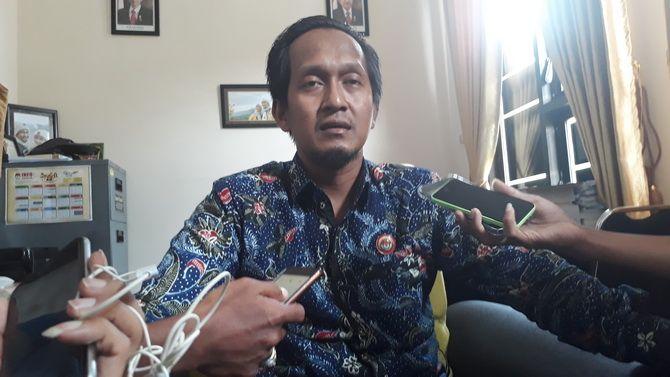 BERI PENJELASAN: Ketua KPU Sampang Syamsul Mu'arif memberikan penjelasan kepada awak media kemarin.
