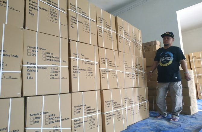 BARU TIBA: Kepala Gudang Bagian Logistik KPU Pamekasan Moh. Syaiful Ramadhan berada di dekat tumpukan formulir C1 plano di gudang KPU, Kelurahan Bugih, kemarin.