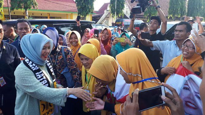 IDOLA BARU: Nur Asia, istri cawapres nomor urut 02 Sandiaga Salahuddin Uno disambut ibu-ibu di Keraton Sumenep kemarin.