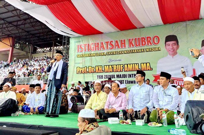 JADI PERHATIAN: Bupati Pamekasan Baddrut Tamam dan Bupati Bangkalan Abdul Latif Amin Imron menghadiri kampanye yang dikemas dengan kegiatan istighotsah di Stadion Gelora Madura Ratu Pamelingan, Selasa (19/3).
