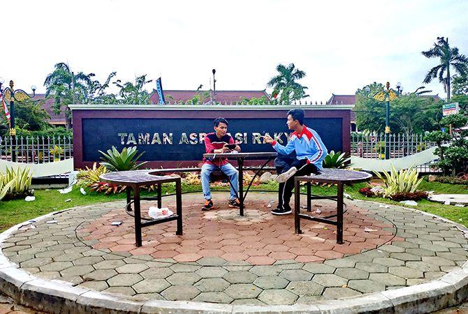 SANTAI: Zainal Arifin (kanan) dan Moh. Mukmin menikmati suasana Taman Aspirasi Rakyat, Pamekasan, kemarin.