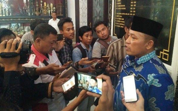 INTERVIEW: Bupati Sampang saat diwawancarai jurnalis.