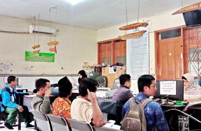ANTRE: Warga mengurus kartu tanda penduduk elektronik di kantor Dispendukcapil Pamekasan kemarin.
