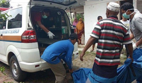 BIKIN GEGER: Petugas rumah sakit mengevakuasi jasad Moh Imam.