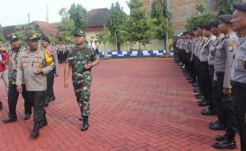 SIGAP: Kapolres bersama dandim serta Wabup Sumenep saat cek personel.