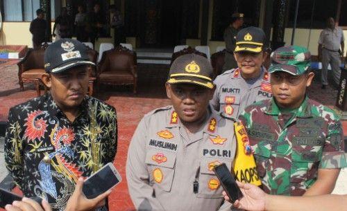 PAPARAN: Kapolres didampingi dandim serta Wabup Sumenep saat diwawancarai jurnalis.