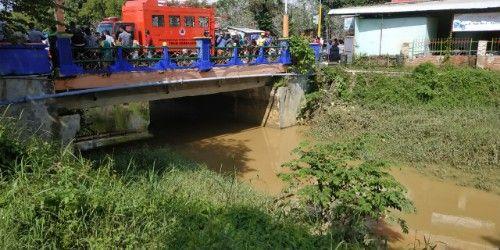 TKP: Dari atas Jembatan Gurem inilah Erna terjun ke sungai.