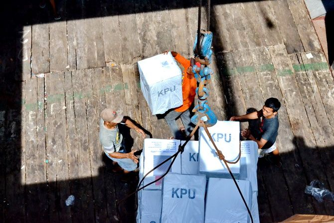 MENUJU PULAU: Petugas mengangkut logistik Pemilu 2019 tujuan Pulau Sapeken ke Kapal Perintis Maumere I di Pelabuhan Kalianget, Sumenep, kemarin.