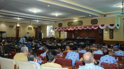 SERIUS: Anggota DPRD Sumenep saat menggelar rapat beberapa waktu lalu.
