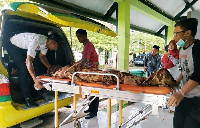 DIBAWA PULANG: Satpam membantu memasukkan jenazah Dwi Erna Susanti ke ambulans di RSUD dr H Slamet Martodirdjo, Pamekasan, kemarin.