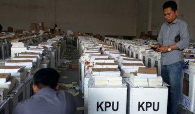 KROSCEK: Petugas KPU sedang melakukan pengecekan logistik pemilu.