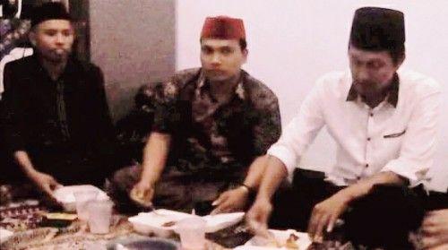 CURHAT: Sinwani (tengah) saat mengadu ke Ketua KPU Sampang.