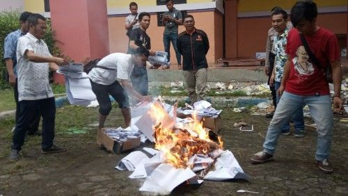 TAK DIPAKAI: KPU membakar SS di depan halaman GOR SAKA Bangkalan.