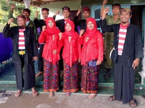 SOLID: Petugas KPPS 01 Desa Polagan foto bareng.
