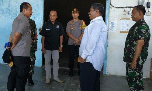SANTAI: Wakapolda saat berbincang dengan ketua KPU Pamekasan (kemeja putih)