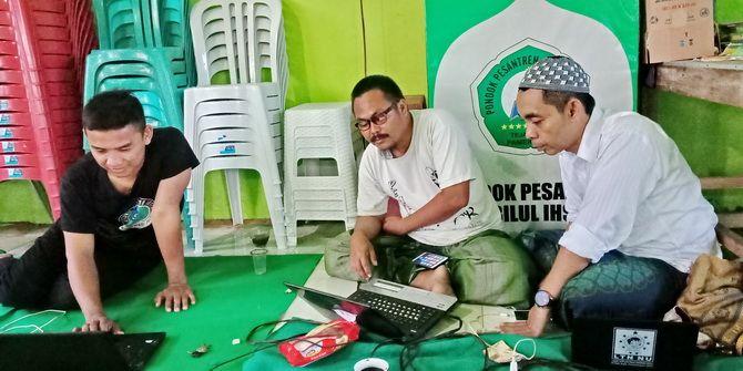 ENTRI DATA: Ketua TKK Pamekasan Abdullah Ibrahim (kanan) berbincang dengan operator quick count Jokowi-Ma'ruf di Ponpes Sabilul Ihsan, Desa Jalmak, Kecamatan Kota Pamekasan, kemarin.