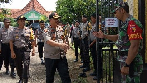 DEMI NKRI: Kapolres Bangkalan menyalami anggota TNI yang berjaga.