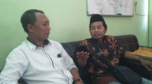 INTERVIEW: Wartawan saat mewawancarai ketua KPU Sumenep (kiri).