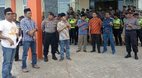 BERI TANGGAPAN: Ketua KPU Bangkalan saat menanggapi aspirasi AMPD.