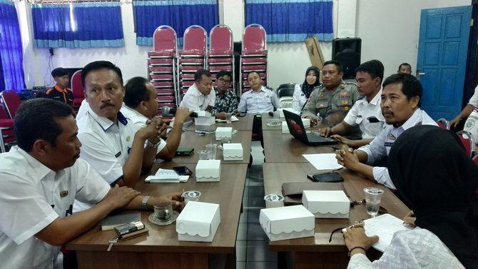 BERMUSYAWARAH: Panitia fun bike dan car free day melaksanakan rapat bersama di Aula Kantor Dishub Sampang kemarin.