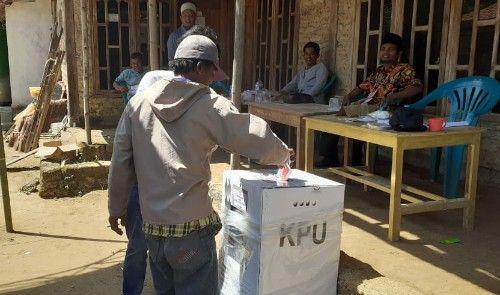 NYOBLOS LAGI: Warga Madupat saat menggunakan hak pilih di TPS 06.