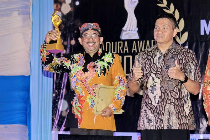 SUKSES: Bambang Heriyanto menerima penghargaan sebagai tokoh pejabat/politik Madura Awards 2017.