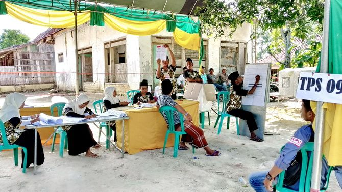 DIULANG: Panitia pemilihan TPS 09 Desa Rabasan, Kecamatan Camplong, menghitung surat suara PSU untuk pilpres kemarin.