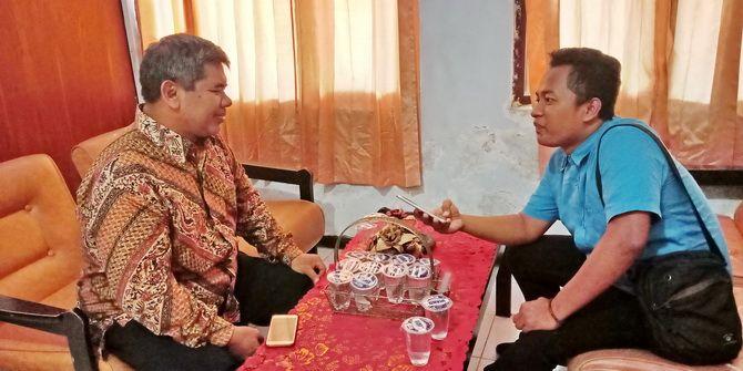KEJAR DEADLINE: Wartawan JPRM Prengki Wirananda berbincang dengan Ketua KPU Pamekasan Moh. Hamzah kemarin.