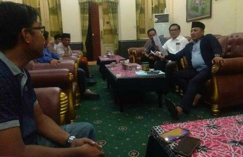 GAYENG: Kepala JPRM Biro Sampang menyimak saran dari bupati.
