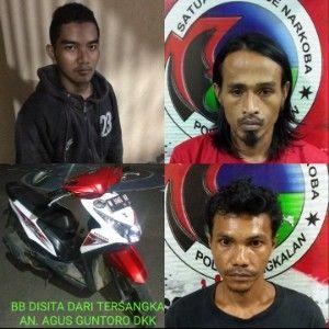 TAK BERKUTIK: Tiga tersangka dan BB sepeda motor diamankan polisi