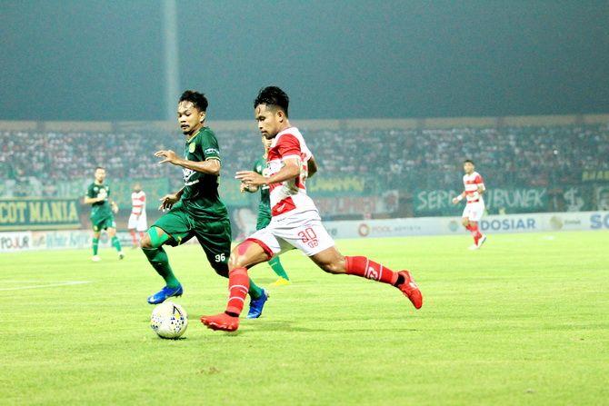 KIRIM UMPAN: Winger Madura United Andik Vermansyah melepaskan tendangan saat menghadapi Persebaya Surabaya dalam pertandingan leg kedua perempat semifinal Piala Presiden 2019 di Stadion Gelora Madura Ratu Pamelingan, Pamekasan.