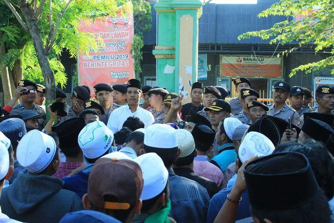 RAMAI: Ketua Bawaslu Pamekasan Abdullah Saidi menemui demonstran di depan kantornya kemarin.