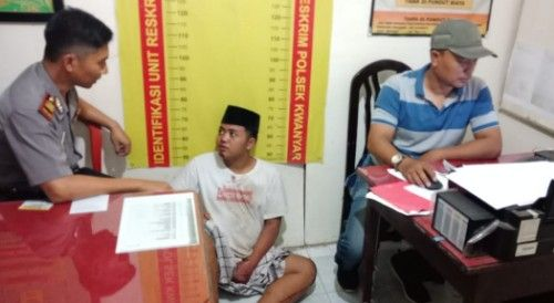 INTEROGASI: Polisi saat memeriksa Fathur Rosi (kopiah hitam).