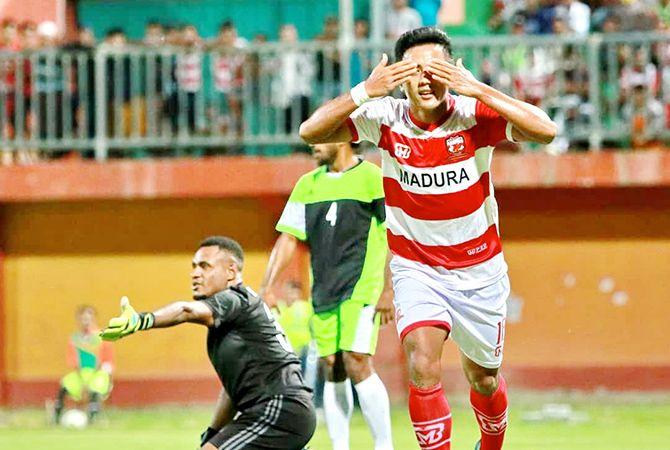 TUTUP MATA: Winger muda Madura United Gufroni Al Ma'ruf melakukan selebrasi setelah membobol gawang Persewar Waropen di Stadion Gelora Madura Ratu Pamelingan, Pamekasan, Sabtu malam (11/5).